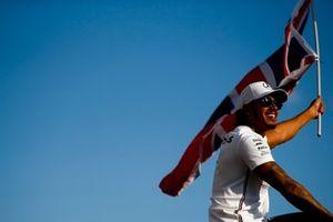 Il vincitore della gara Lewis Hamilton, Mercedes AMG F1 festeggia con una bandiera