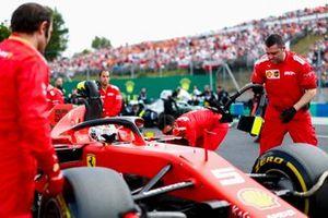 Sebastian Vettel, Ferrari SF90, sulla griglia con i meccanici