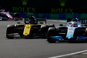 George Russell, Williams Racing FW42, battles with Daniel Ricciardo, Renault F1 Team R.S.19