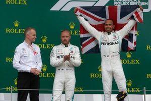 Valtteri Bottas, Mercedes AMG F1, 2e plaats, en Lewis Hamilton, Mercedes AMG F1, 1e plaats, op het podium