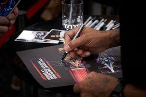 Lewis Hamilton, Mercedes AMG F1 firma un autógrafo para un aficionado