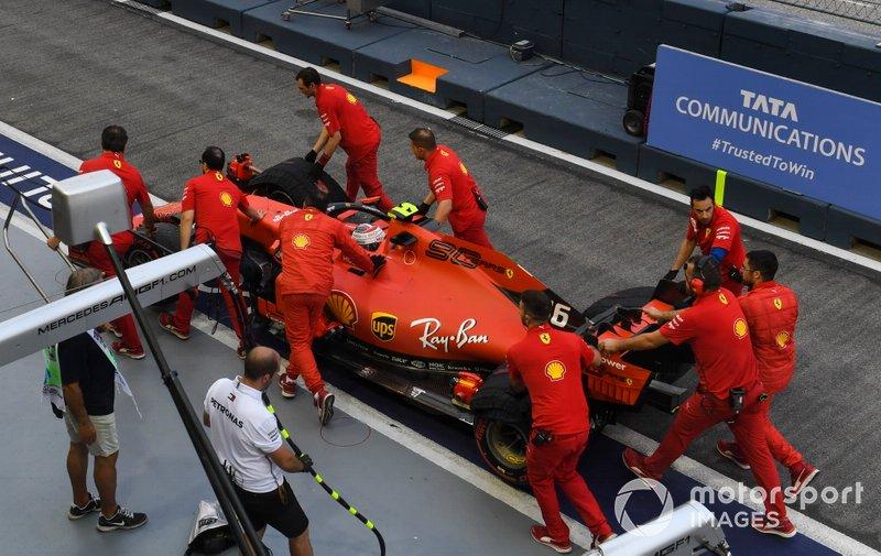 Charles Leclerc, Ferrari SF90 torna in pitlane