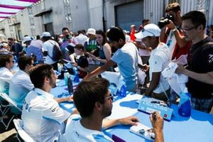 Alexander Sims, BMW I Andretti Motorsports, Antonio Felix da Costa, BMW I Andretti Motorsports signs autographs for fans