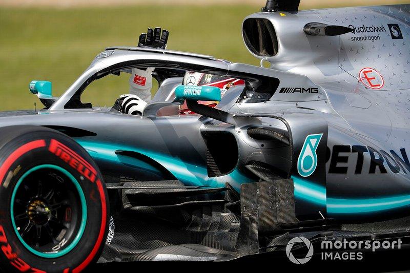 Lewis Hamilton, Mercedes AMG F1 W10, saluda a la afición