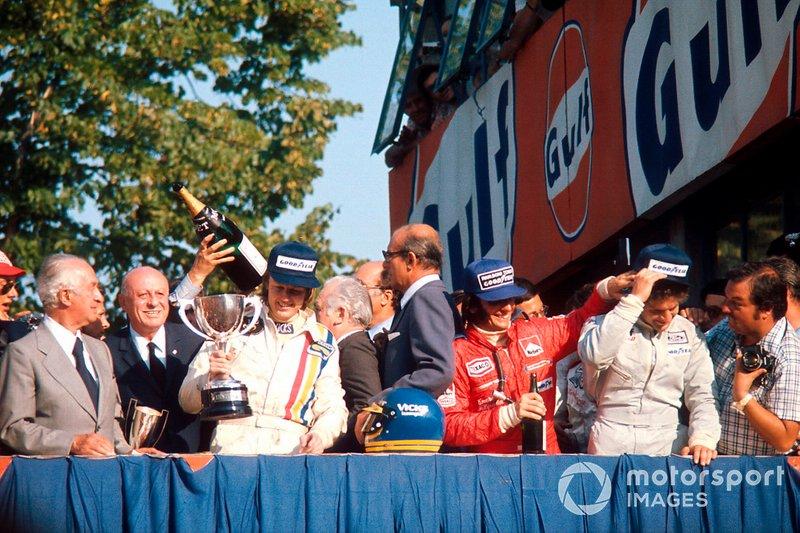 Podio: Il vincitore della gara Ronnie Peterson, Lotus Ford, secondo classificato Emerson Fittipaldi, McLaren Ford, terzo classificato Jody Scheckter, Tyrrell Ford