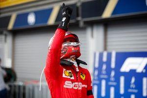 Charles Leclerc, Ferrari, 1er puesto, celebra a su llegada al Parque Ferme