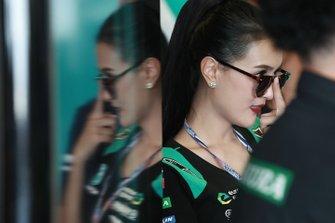 Une jeune femme chez Petronas Yamaha SRT