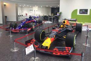 Honda Cars愛知東・一宮店に展示されたレッドブルとトロロッソのF1マシン