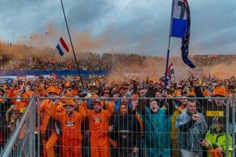 Nederlandse fans vieren de overwinning van Team NL