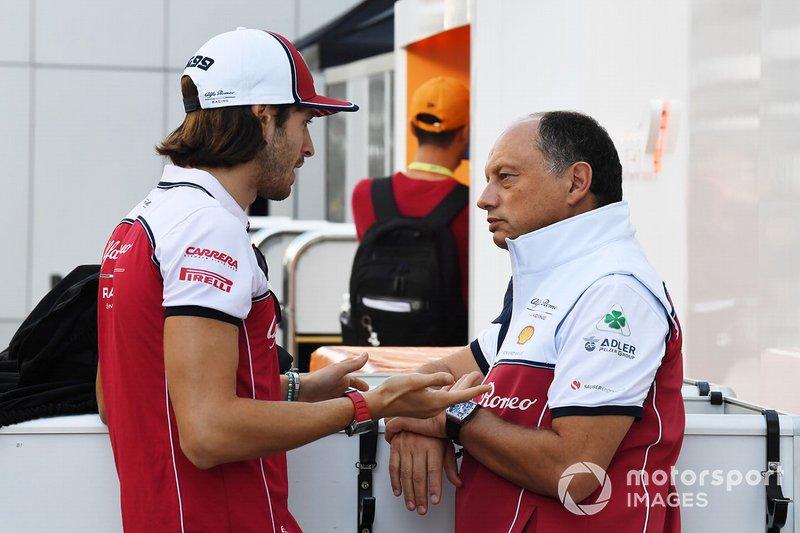 Antonio Giovinazzi, Alfa Romeo Racing, parla con Frederic Vasseur, Team Principal, Alfa Romeo Racing, nel paddock
