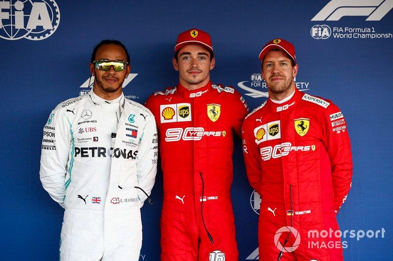 Ganador de la pole Charles Leclerc, Ferrari, segundo lugar Lewis Hamilton, Mercedes AMG F1, tercer lugar Sebastian Vettel, Ferrari