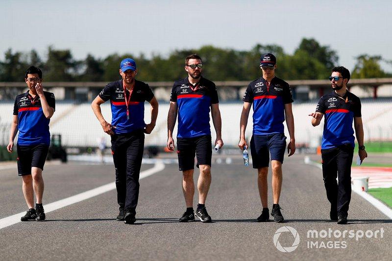 Daniil Kvyat, Toro Rosso walks the track with his mechanics