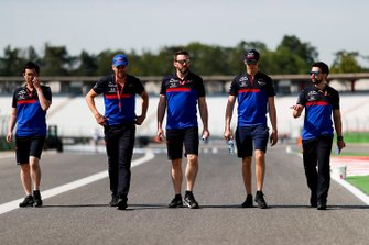 Daniil Kvyat, Toro Rosso walks the track with his mechanics