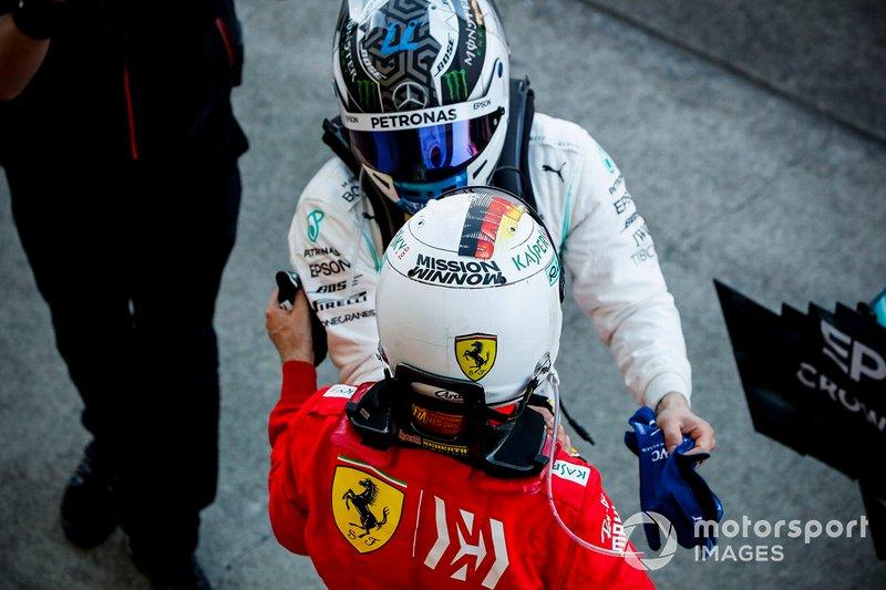 Sebastian Vettel, Ferrari e il vincitore della gara Valtteri Bottas, Mercedes AMG F1, festeggiano nel parco chiuso