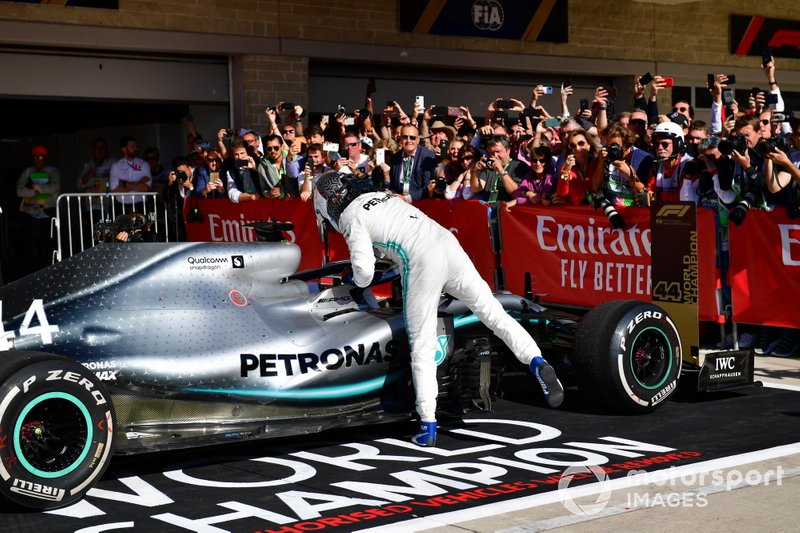 Valtteri Bottas, Mercedes AMG F1, 1ª posición, felicita a Lewis Hamilton, Mercedes AMG F1, 2ª posición, en Parc Ferme
