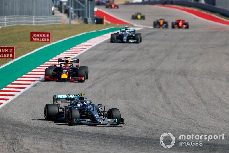 Valtteri Bottas, Mercedes AMG W10, precede Max Verstappen, Red Bull Racing RB15 e Lewis Hamilton, Mercedes AMG F1 W10