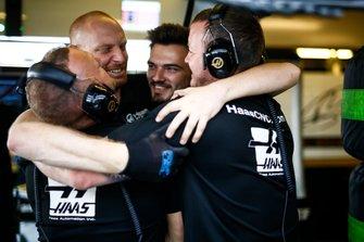 Los mecánicos del equipo Haas F1 en el garaje