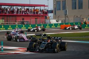 Kevin Magnussen, Haas F1 Team VF-19, leads Nico Hulkenberg, Renault F1 Team R.S. 19 and Sergio Perez, Racing Point RP19