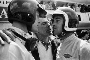 Carroll Shelby parla ai suoi piloti Dan Gurney e Bob Bondurant alla 24 ore di Le Mans del 1964