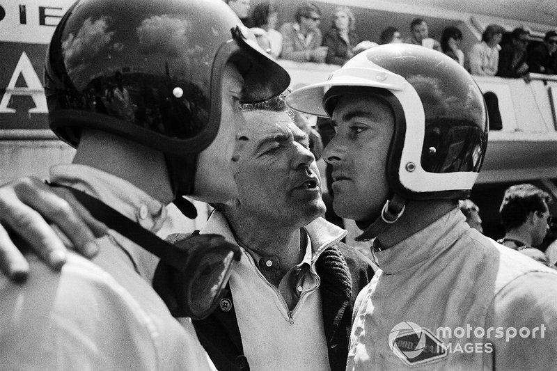 1964 год. Кэрролл Шелби (в середине) с Дэном Герни и Бобом Бондурантом, пилотировавшими автомобиль Cobra. В первый год участия Ford в «Ле-Мане» Шелби был мало вовлечен в работу с GT40 и руководил собственным коллективом, выступавшим на Cobra в категории GT