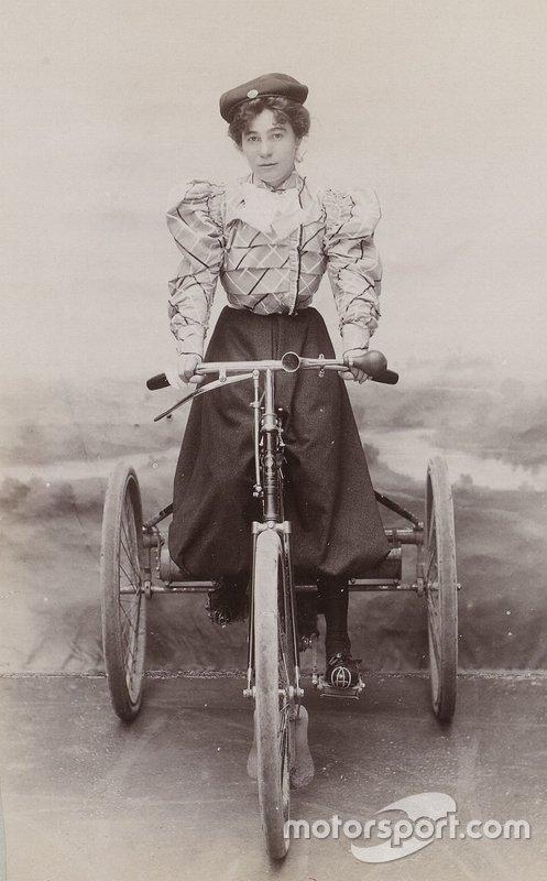 Léa Lemoine em seu triciclo motorizado