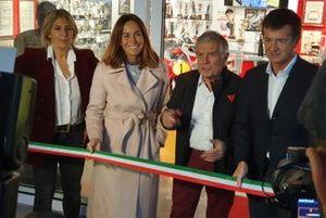 Giacomo Agostini taglia il nastro, alla presenza di Cristina Parodi e Giorgio Gori, sindaco della Città di Bergamo