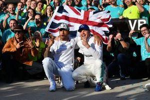 Lewis Hamilton, Mercedes AMG F1, 2° classificato, Valtteri Bottas, Mercedes AMG F1, 1° classificato, e il team Mercedes, festeggiano