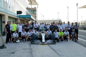 Групповое фото Mercedes с Джорджем Расселлом