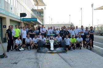 Foto di gruppo con la Mercedes di George Russell