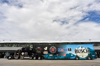 Kevin Harvick, Stewart-Haas Racing, Ford Mustang Busch Light hauler