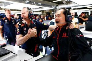 Toyoharu Tanabe, F1 Technical Director, Honda celebrates
