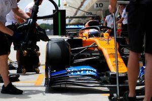 Carlos Sainz Jr., McLaren MCL34 in the pit box
