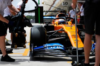 Carlos Sainz Jr., McLaren MCL34 in the pit box