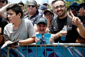Un fan ha in mano una cartolina firmata di Mitch Evans, Jaguar Racing