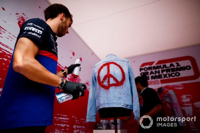 Pierre Gasly, Toro Rosso pinta una chaqueta con aerosol