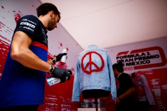 Pierre Gasly, Toro Rosso spray painting a jacket
