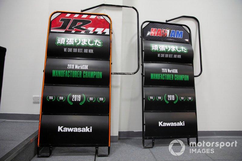 Tabella celebrante il titolo costruttori Kawasaki