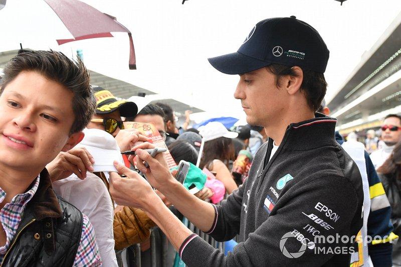 Esteban Gutiérrez, Mercedes AMG F1 firma un autógrafo para un aficionado
