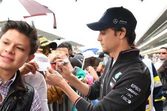 Esteban Gutierrez, Mercedes AMG F1 firma un autografo ad un fan