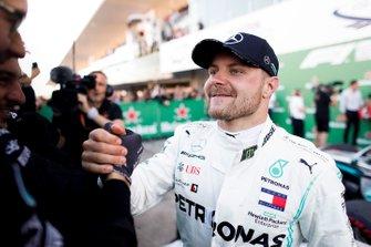 Valtteri Bottas, Mercedes AMG F1, primo classificato, festeggia al Parc Ferme con il suo team
