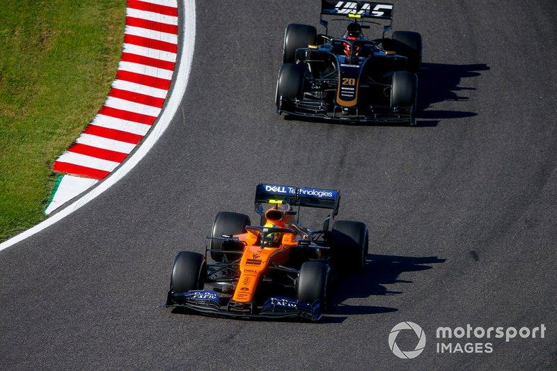 Lando Norris, McLaren MCL34, precede Kevin Magnussen, Haas F1 Team VF-19
