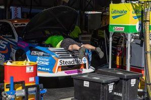 Kelly Racing Nissan mechanic at work