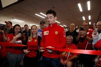 Charles Leclerc, Ferrari, taglia il nastro per aprire l'Autosport International 2020