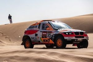 Исидре Эстев Пуйоль и Чема Вильялобос, Repsol Rally Team / Sodicars Racing, BMW BV6 (№325)