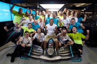 Lewis Hamilton, Mercedes AMG F1 viert de overwinning met zijn team