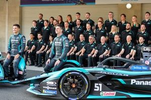 Mitch Evans, Jaguar Racing, Jaguar I-Type 4, James Calado, Jaguar Racing, Jaguar I-Type 4 with the team assembled behind