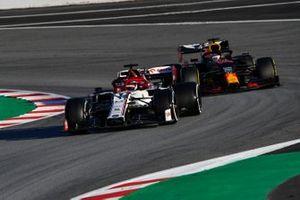 Kimi Raikkonen, Alfa Romeo Racing C39, l Max Verstappen, Red Bull Racing