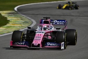 Sergio Perez, Racing Point RP19, en Daniel Ricciardo, Renault F1 Team R.S.19