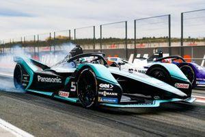 James Calado, Jaguar Racing, Jaguar I-Type 4, burn out in the pit lane next to Maximilian Günther, BMW I Andretti Motorsports, BMW iFE.20