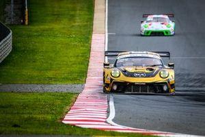 #54 Dinamic Motorsport Porsche 911 GT3 R: Laurens Vanthoor, Earl Bamber, Kevin Estre